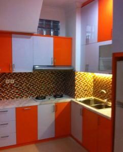 Desain dapur lemari gantung tempat kompor dan cuci piring