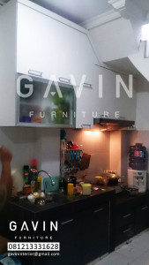 Kitchen Set Bawah Tangga Mencapai Plafon Klien Di Bekasi