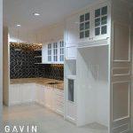 kitchen set design klasik putih dengan kabinet kulkas