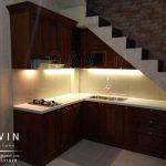 pembuatan kitchen set klasik dengan kayu jati finishing melamik model letter L Q2748