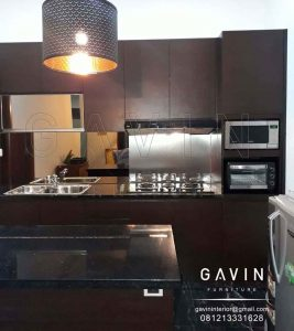 lemari dapur dengan meja island minimalis modern warna coklat Q2925