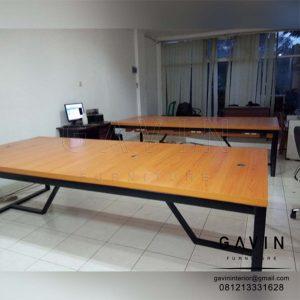 meja kantor custom minimalis finishing HPL kaki besi di Ragunan Q3139