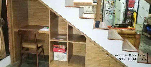 lemari bawah tangga untuk menyimpan buku dan meja belajar