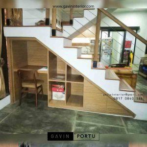lemari di bawah tangga dengan meja belajar