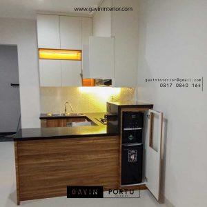 desain kitchen set custom dengan minibar dan kabinet dispenser di Salemba id3551
