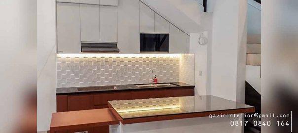 model kitchen set minimalis bawah tangga dengan meja makan dan island id3612