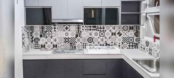 model kitchen set minimalis terbaru dengan backplash motif di Tebet Utara id3708