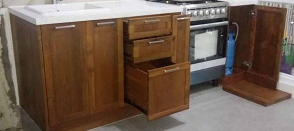 contoh lemari dapur warna coklat kayu solid di Cipondoh by Gavin id3214