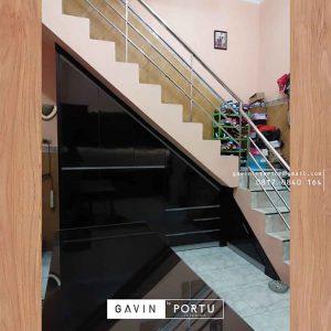 contoh lemari bawah tangga dapur minimalis warna hitam id3281