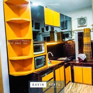 gambar kitchen set minimalis modern warna kuning kombinasi kaca di Pejaten id3803
